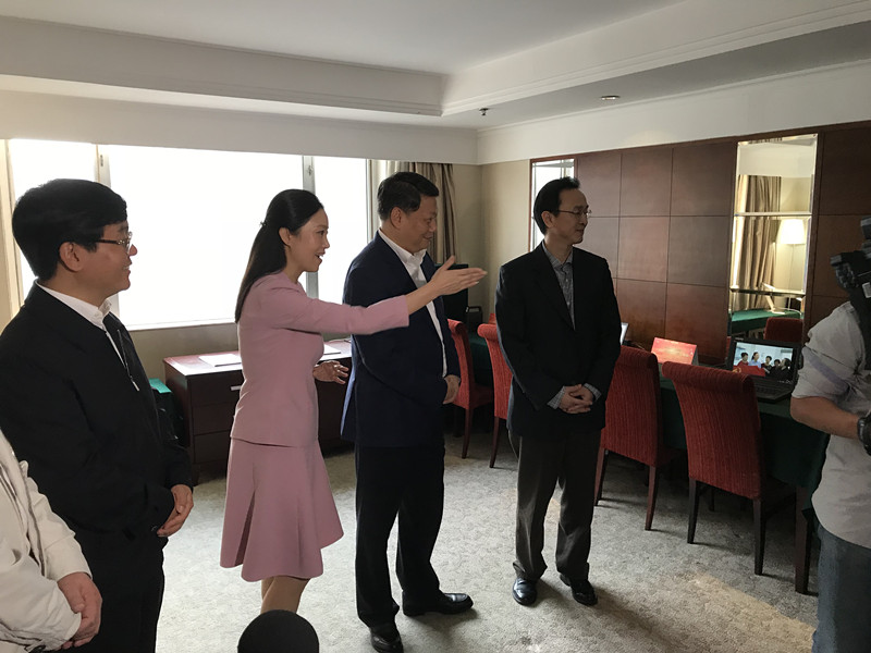 唐一军、万亚伟、施惠芳等领导看望慰问在京的新闻工作者.jpg