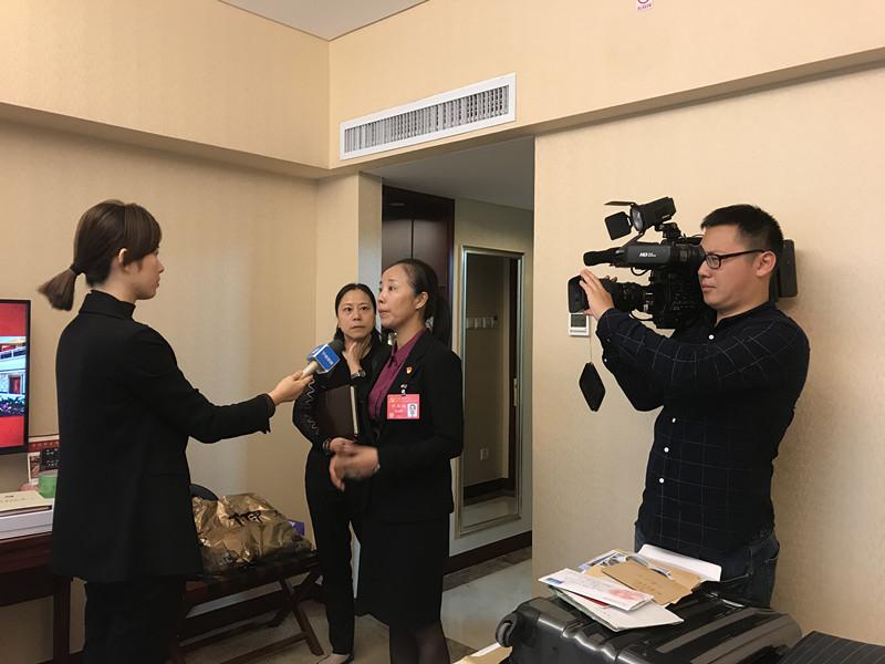 报道组采访我市十九大代表之一的陈霞娜.jpg