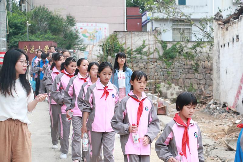 宁海县深甽镇马岙小学的孩子们受邀观看演出.jpg