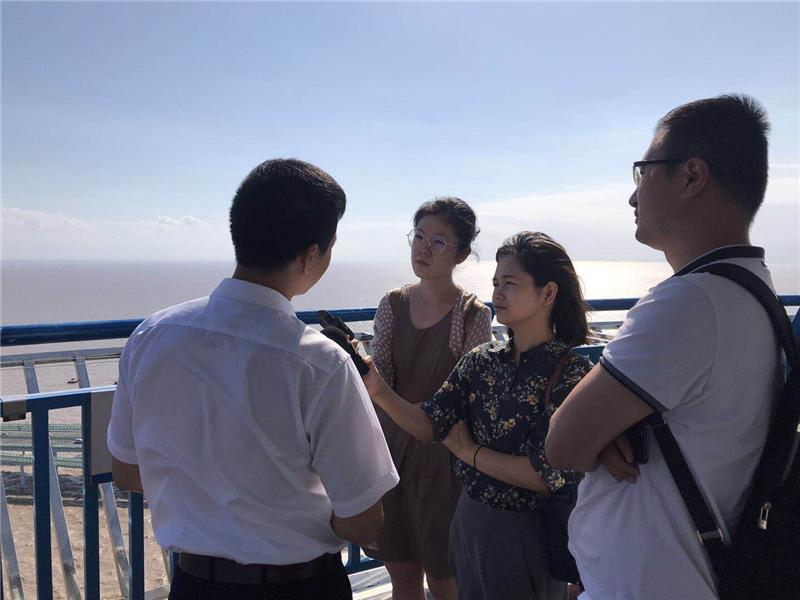 宁波台记者和上海台记者在杭州湾大桥采访_副本.jpg