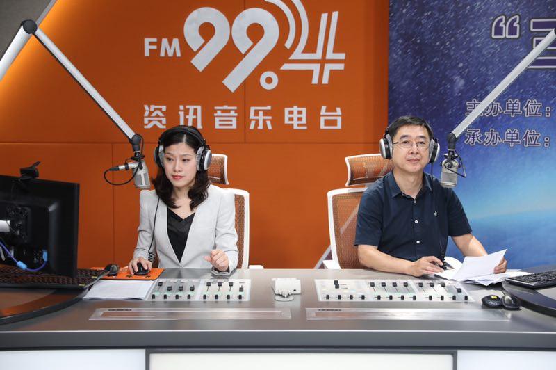 FM92.0主持人宏伟和FM99.4主持人春芬.jpg