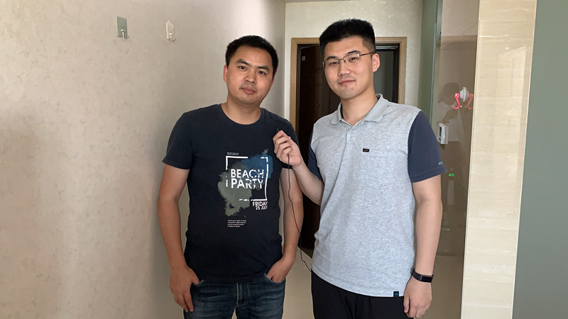 记者李明远在宁波瑞凌新能源科技有限公司人才房内采访住户.jpg