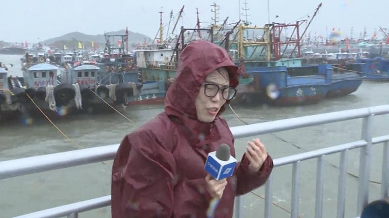 風大雨大,《寧波新聞》記者鄭吟在象山石浦出口播.jpg