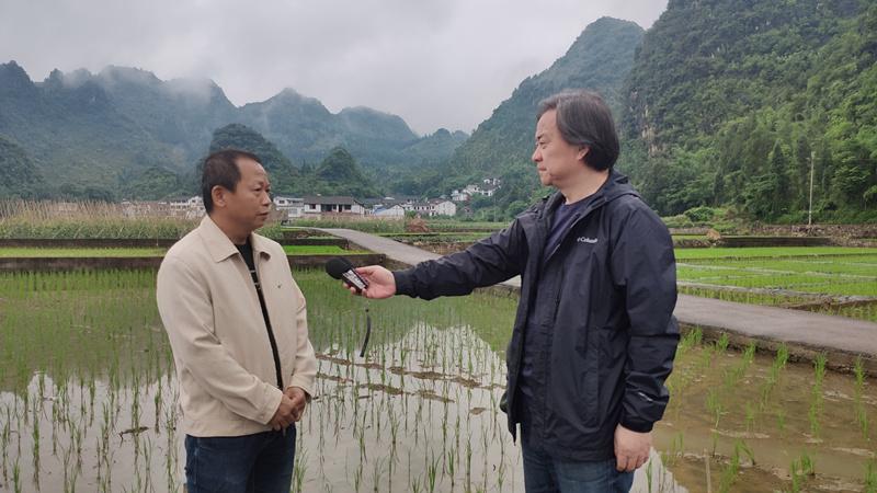 新闻广播副总监吕岸采访黔西南农业农村干部.jpg