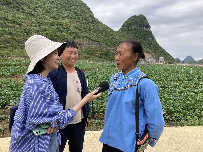 新闻广播记者吴巧采访供港蔬菜基地农户.jpg